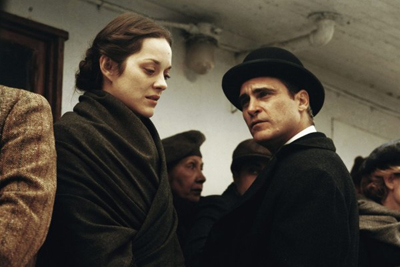 Marion Cotillard e Joaquin Phoenix in Nightingale (Low Life)