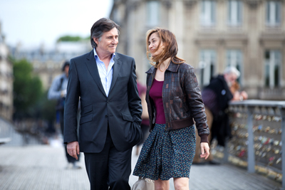 Gabriel Byrne e Emmanuelle Devos in Le Temps de l'aventure