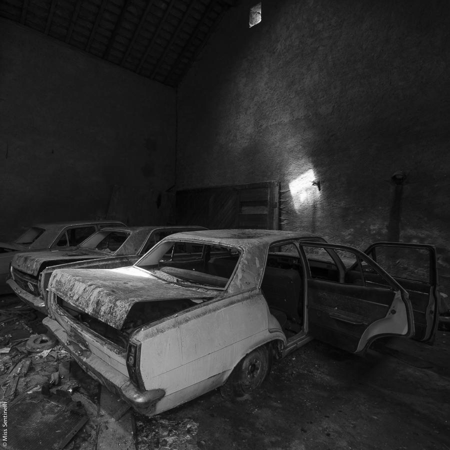 Verlaten huis met verlaten auto's