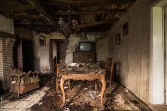 Echte vergane glorie in een verlaten huisje