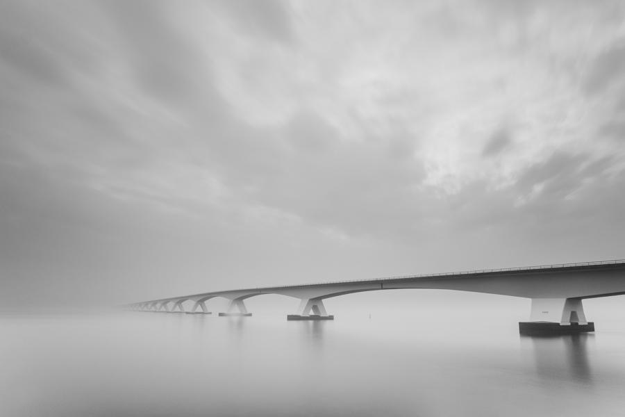 Zeelandbrug in de mist en strand Vlissingen