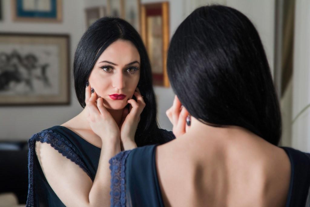 Çelişki - Ayna karşısında güzel bir kadın