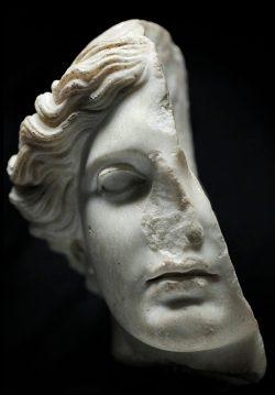 Olivier Roller, Divinità Femminile (Musei Capitolini, Centrale Montemartini), 2012, chromogenic print, 140x92,5cm, Ed. di 8 +2 P.A.