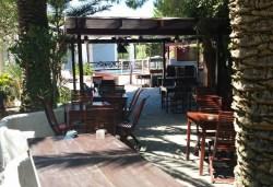 Pergola con i tavoli e area cinema