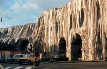 Porta Pinciana a Roma impacchettata da Christo