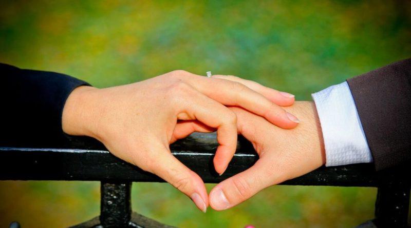 L'anello di fidanzamento rappresenta da sempre il suggello di un'unione, in genere viene accompagnato dalla proposta di matrimonio