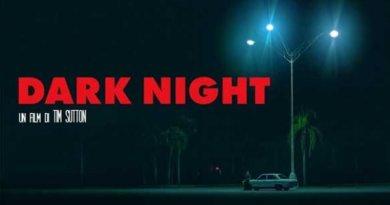 """Dark Night, un film di Tim Sutton liberamente ispirato al massacro di Aurora, in Colorado, dove alla prima del film """"The Dark Knight Rises"""" un giovane sparò all'interno del cinema uccidendo 12 persone e ferendone altre 70."""