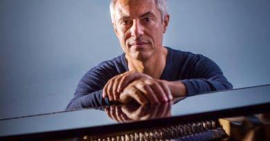 Il pianista e cantautore Enrico Giaretta, noto come il Cantaviatore, torna sulle scene con Alphabet, in uscita per Universal Music.