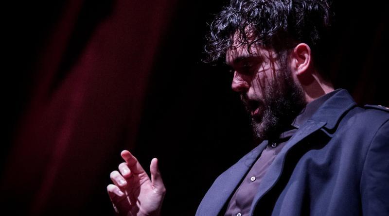Lo spettacolo Un uomo è un uomo, prodotto da Attori & Tecnici ed inserito nella nuova stagione del Teatro Vittoria è tratto dal testo di Bertolt Brecht.