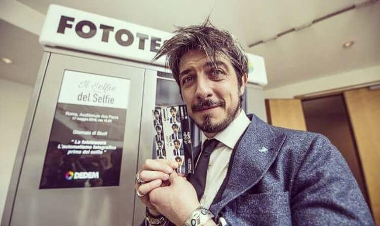 I momenti più belli dell'estate o magari quelli delle estati passate? Te li regalano le cabine per fototessera ImpressMe, e puoi vincere i biglietti per lo spettacolo di Paolo Ruffini.