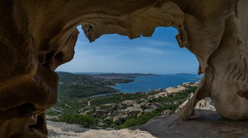 """""""I centenari dominano una regione della Sardegna"""" dice la CNN mentre l'OMS mette all'erta sui rischi di pecorino e olii sardi. La verità è che lagrande isola italiana è un diamante nel mediterraneo."""