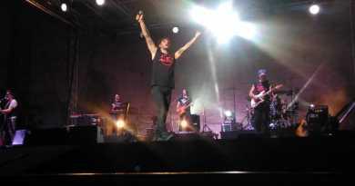 Ieri sera, giovedì 16 agosto, a Macerata, Fabrizio Moro ha riempito lo Sferisterio di musica, parole ed energia, accompagnato dalla sua band.