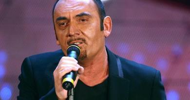 Pino Mango, raffinato cantautore italiano scomparso nel 2014, oggi avrebbe compiuto 64 anni; SenzaBarcode vuole ricordare la sua carriera e la sua poesia.