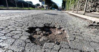 Manutenzione stradale, Catalano – Caretta (Lega): tre autovetture ferme con gli pneumatici forati per le voragini a Ponte Galeria.