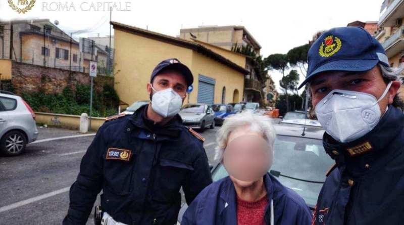 Coronavirus ed emergenza sociale, la Polizia Locale vicina ai più fragili: agenti intervengono in aiuto di una coppia di anziani. Gli portano alimenti e medicine necessarie.