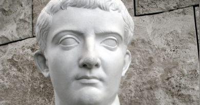 Tiberio nasce col nome di Tiberio Claudio Nerone a Roma, il 16 novembre del 42 AC, da un padre col suo stesso nome e Livia Drusilla, una nobildonna romana.