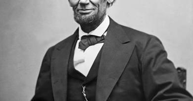 Abraham Lincoln nasce a Hodgenville, in Kentucky, il 12 febbraio 1809, secondogenito di un fabbro ferraio e falegname che si sposta frequentemente per lavoro fra vari Stati.