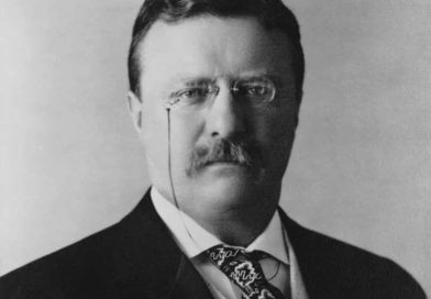 Theodore Roosevelt Jr. nasce a New York il 27 ottobre 1858: bambino di salute malferma, ma dalla curiosità vorace, studia prevalentemente con precettori prima di laurearsi con lode nel 1880 in materie giuridiche.