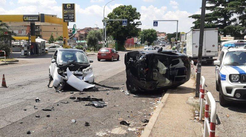 La Polizia Locale di Roma Capitale ha rintracciato e denunciato la conducente dell'auto chedopo aver provocato un incidente si è allontanata. Tre le persone rimaste ferite a seguito dell'urto.