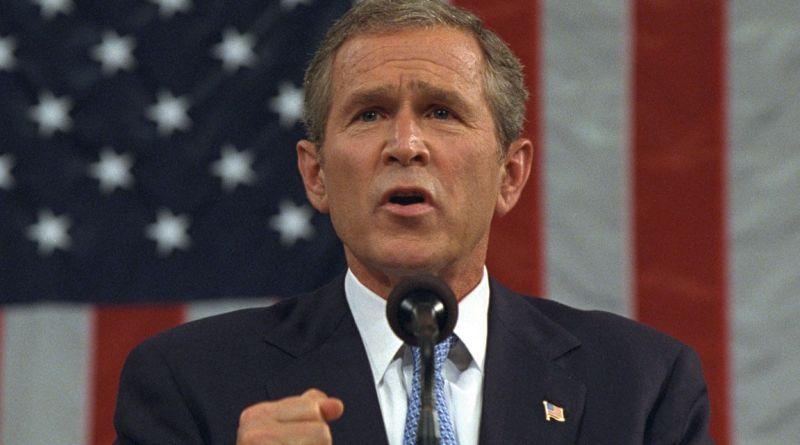 George Walker Bush nasce a New Haven, Connecticut, il 6 luglio 1946, primo di sei figli di George Helbert Walker Bush e Barbara Pierce.