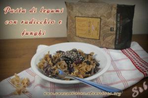 Pasta di legumi con radicchio e funghi