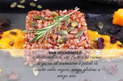 Mattonella di riso rosso su crema di zucca al rosmarino e petali di carote viola