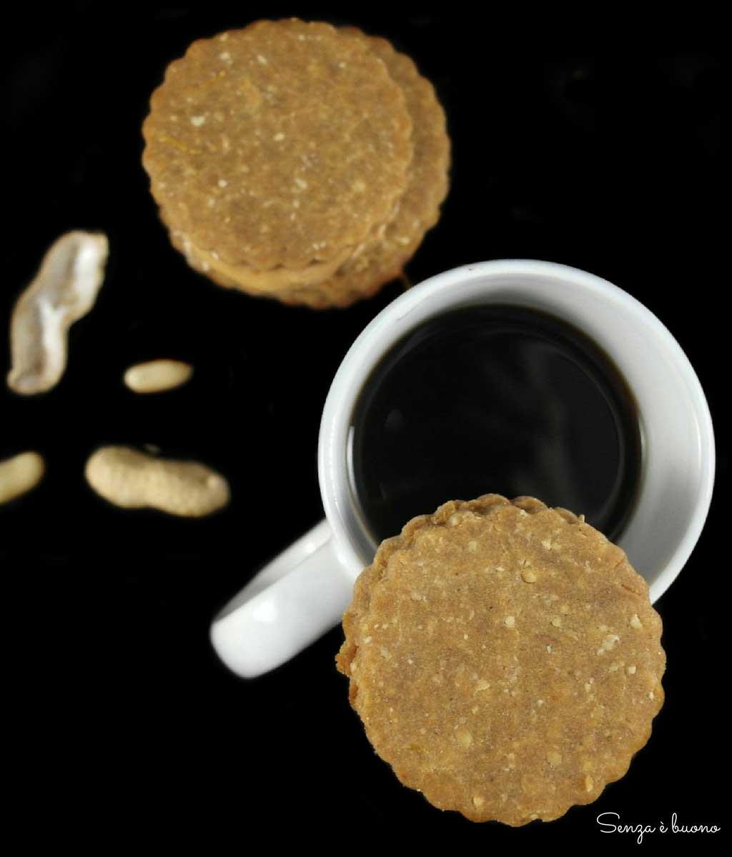 Biscotti alle arachidi farcite con crema di arachidi