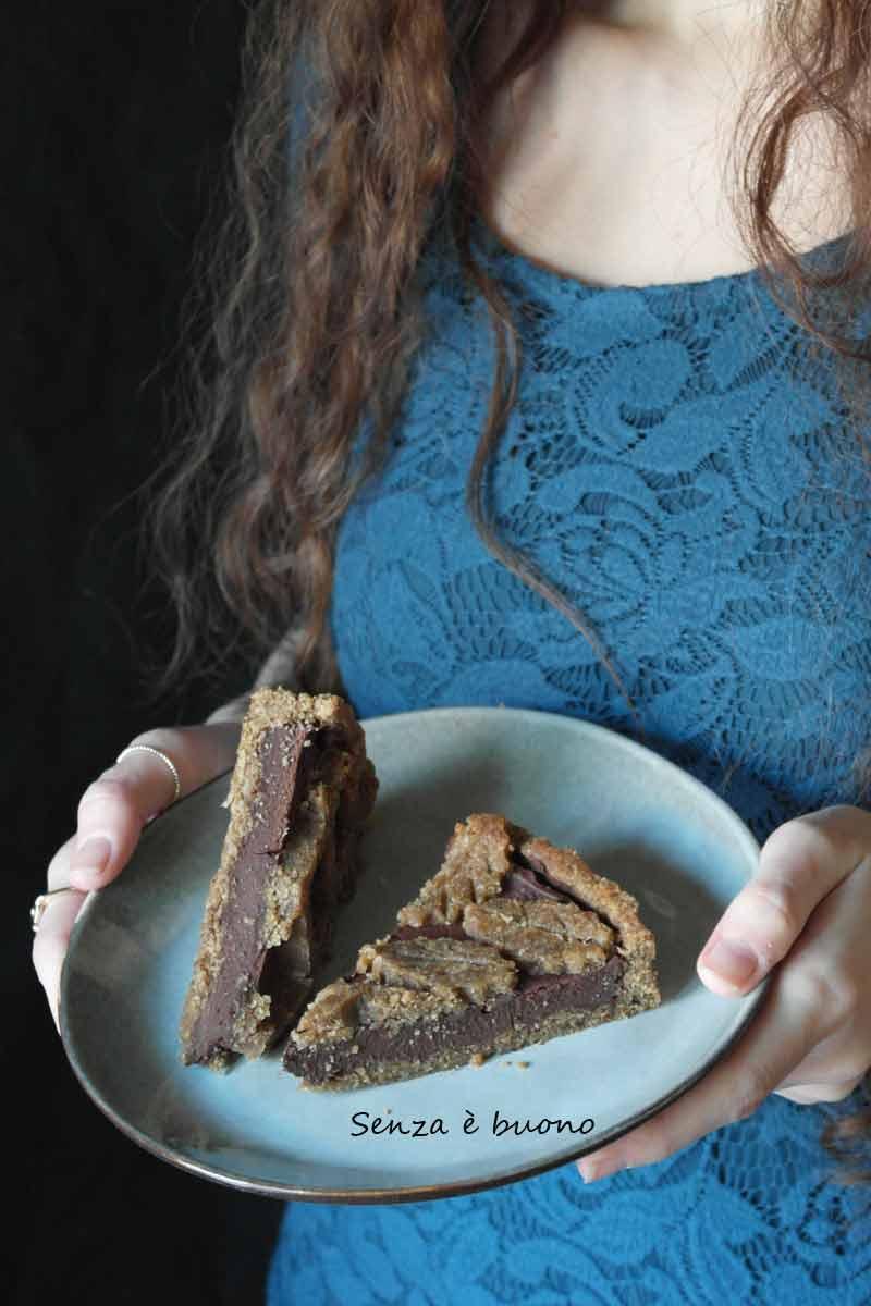 Crostata vegan senza glutine ripiena di crema al cioccolato e castagne