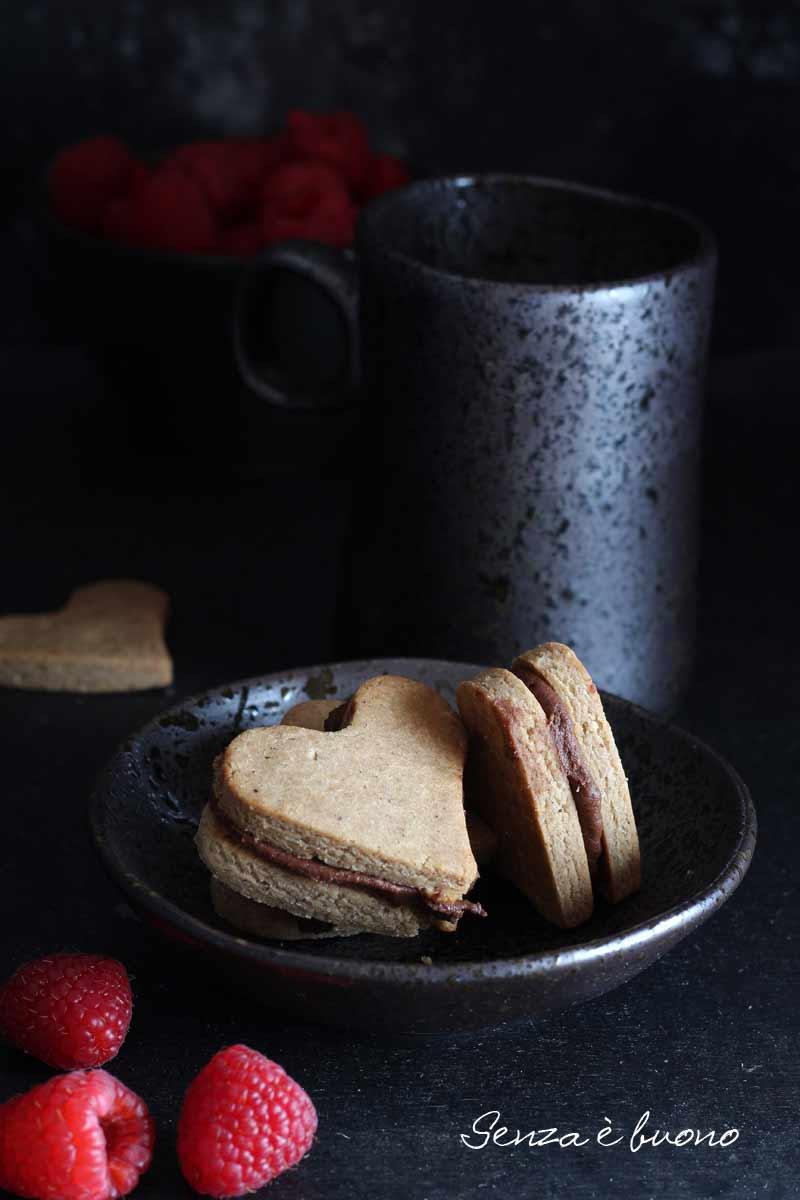 Biscotti con crema di nocciole cacao