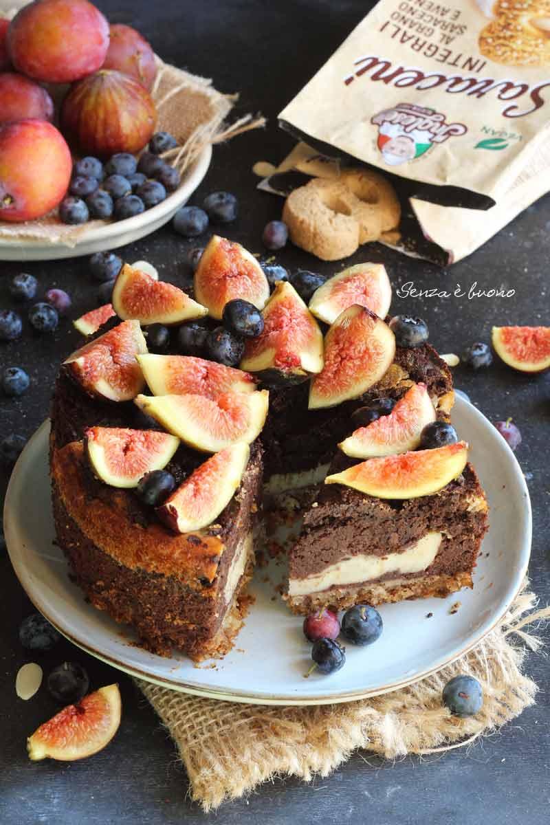 torta al cacao e yogurt vegetale con base di biscotti senza glutine vegan