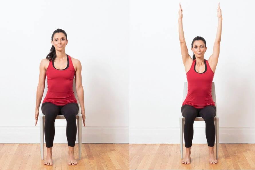 pose des mains levées du yoga sur chaise