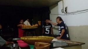 Proses pembuatan cakue di Toko cakue Osin di Jalan Babatan Bandung. | Foto serbabandung.com #serbabandung