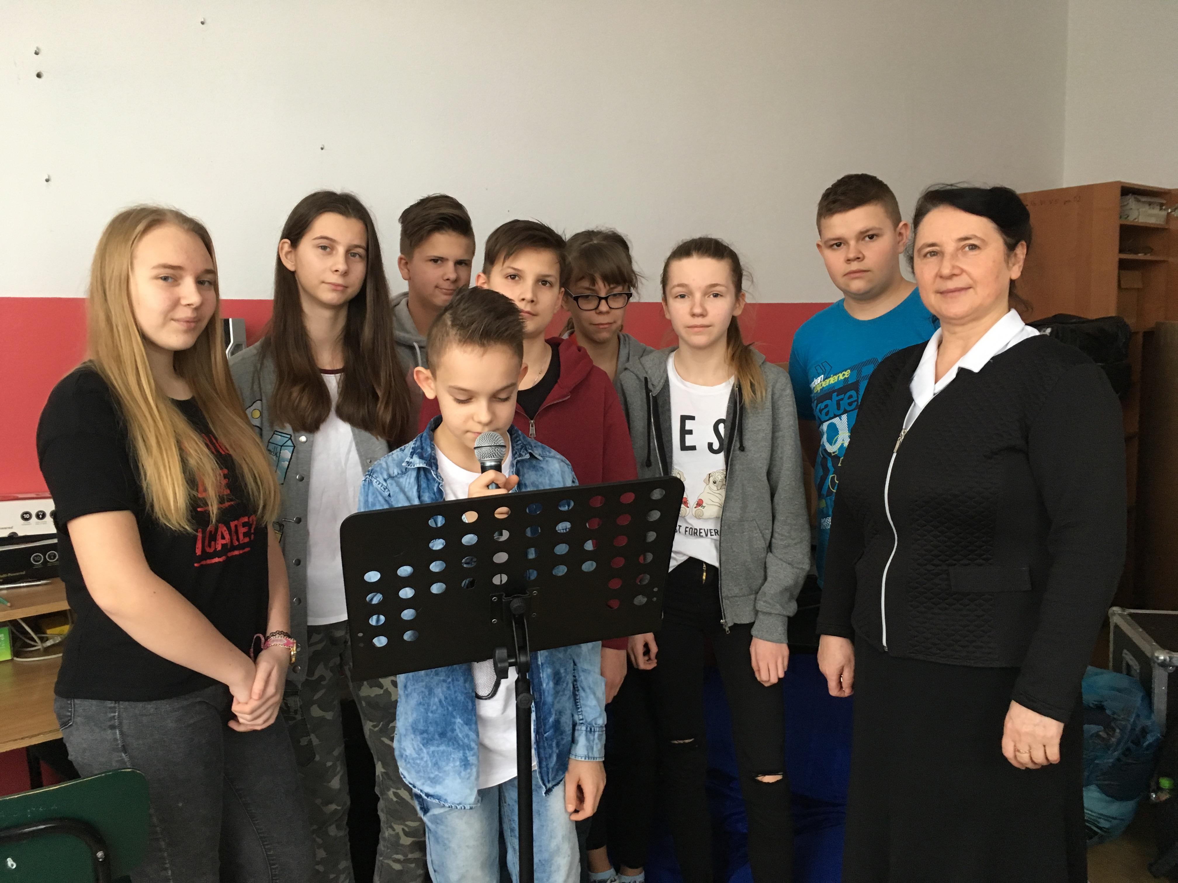 Szkoła w Skórcu - słuchowisko o bł. Honoracie przez szkolny radiowęzeł (7 XII 2017)