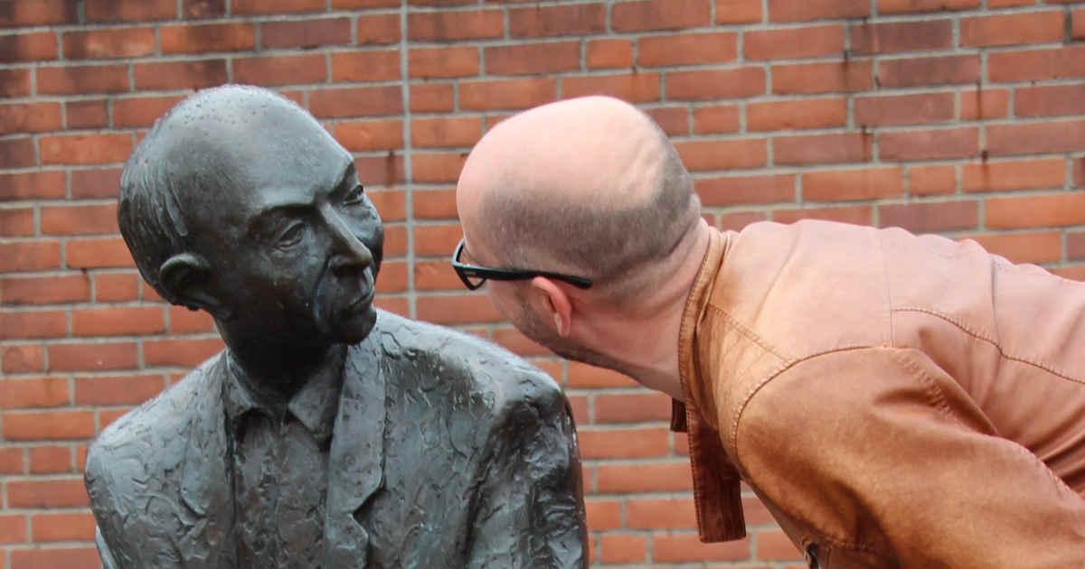 Umano che parla con una statua