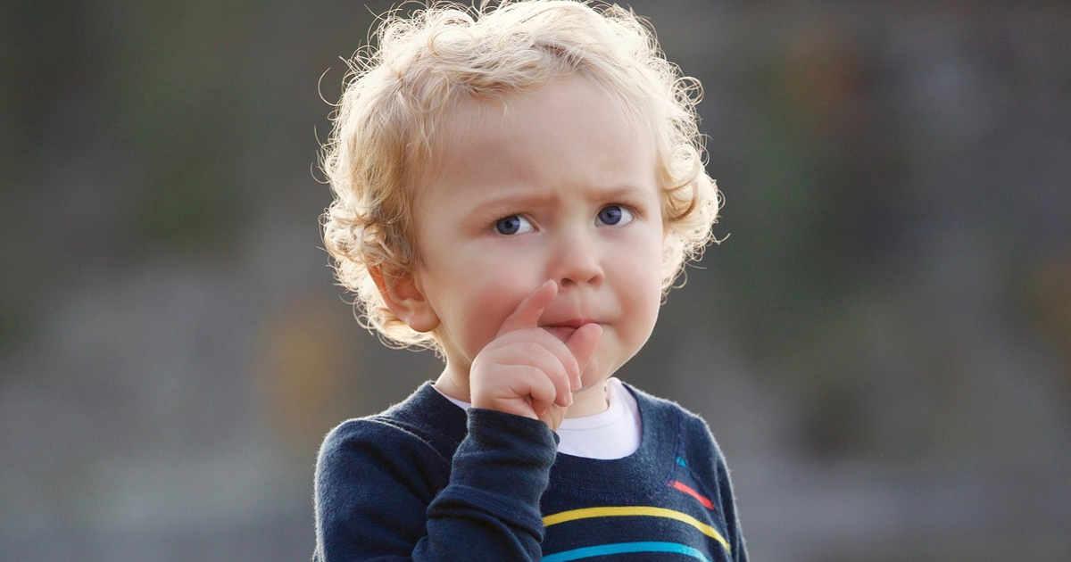 Bambino che pensa alla domanda da fare