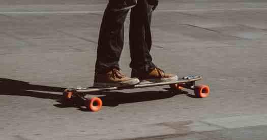 Ragazzo sopra uno skateboard