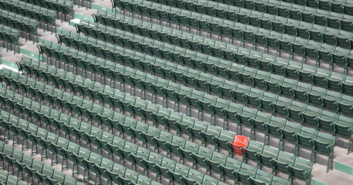 Sedie di una platea, tutte verdi tranne una che è rossa