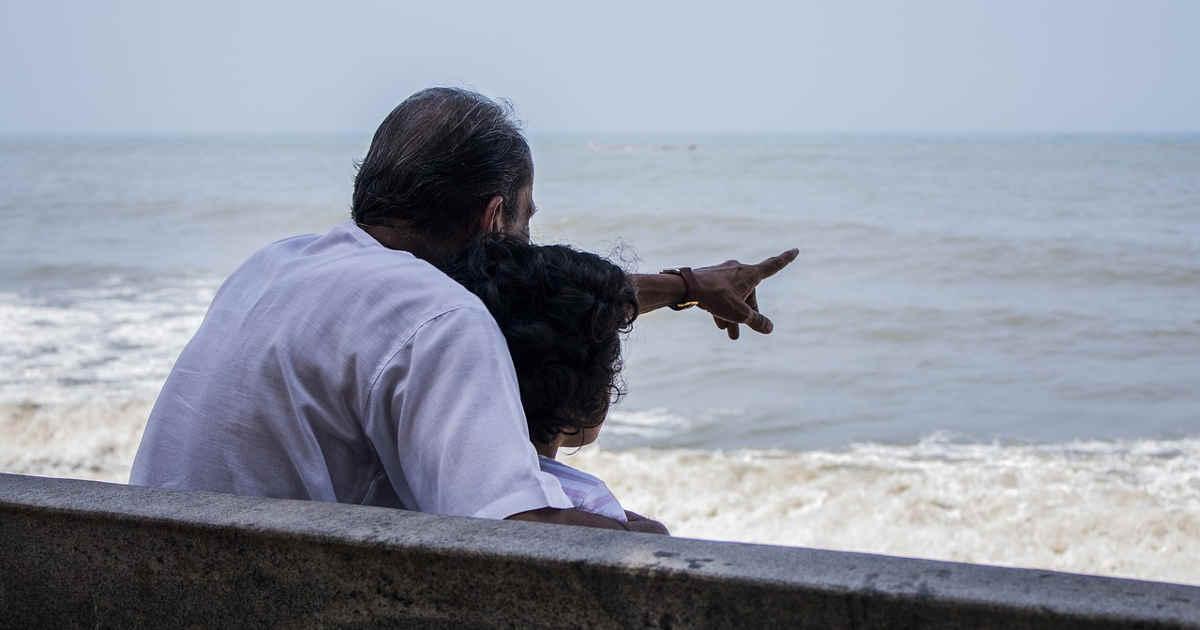 Un uomo e una ragazza che guardano il mare