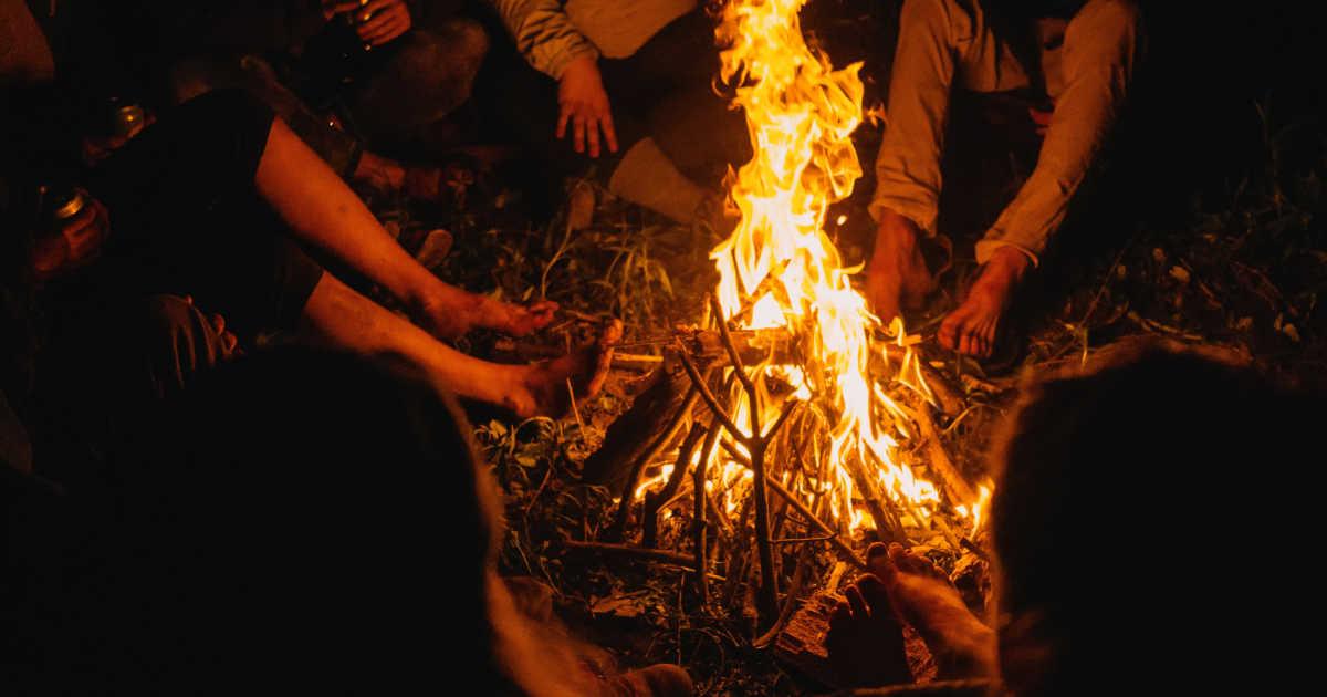 Persone che raccontano una storia attorno al fuoco