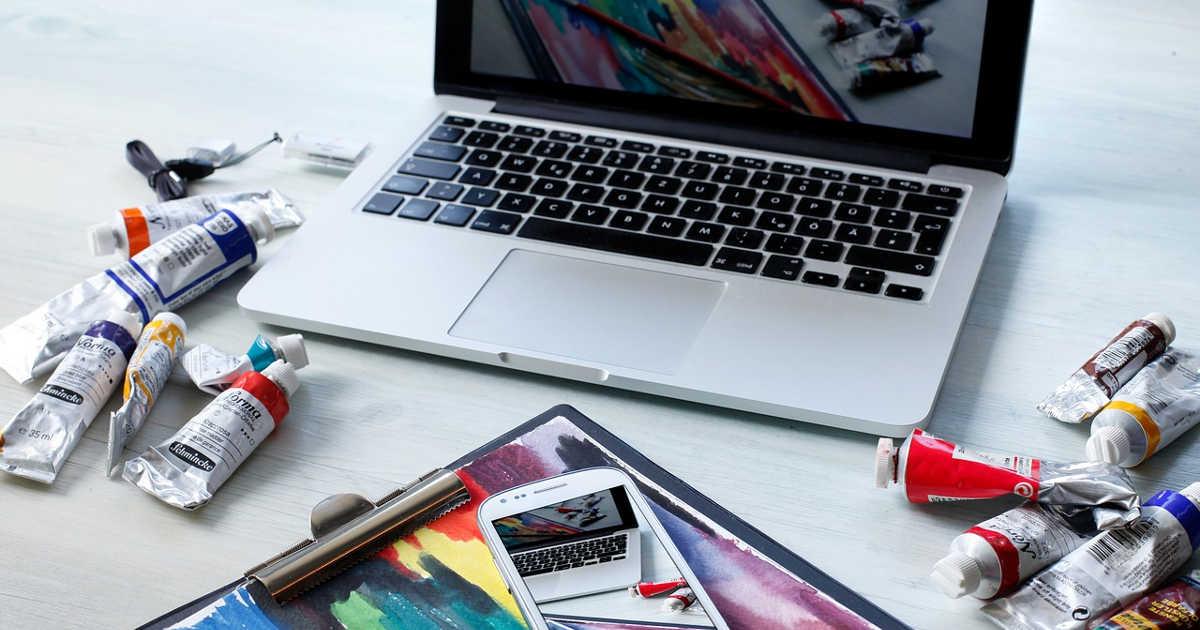 Tubetti di colori a olio e un computer