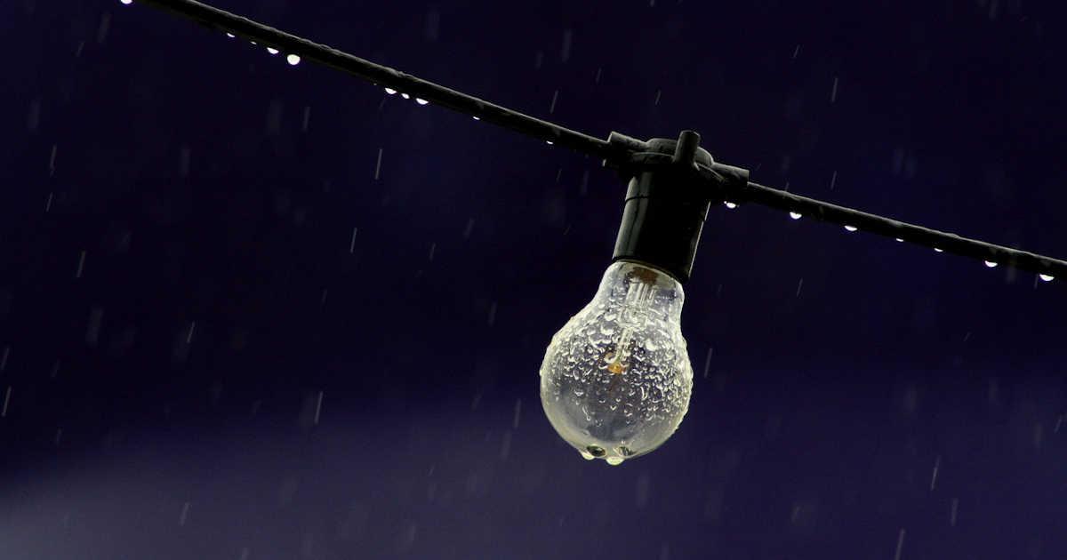 Una lampadina spenta sotto la pioggia