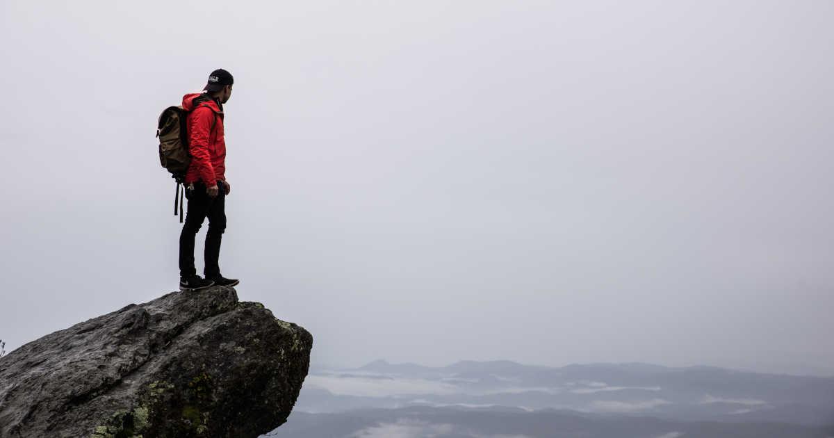 Un alpinista in cima a una montagna