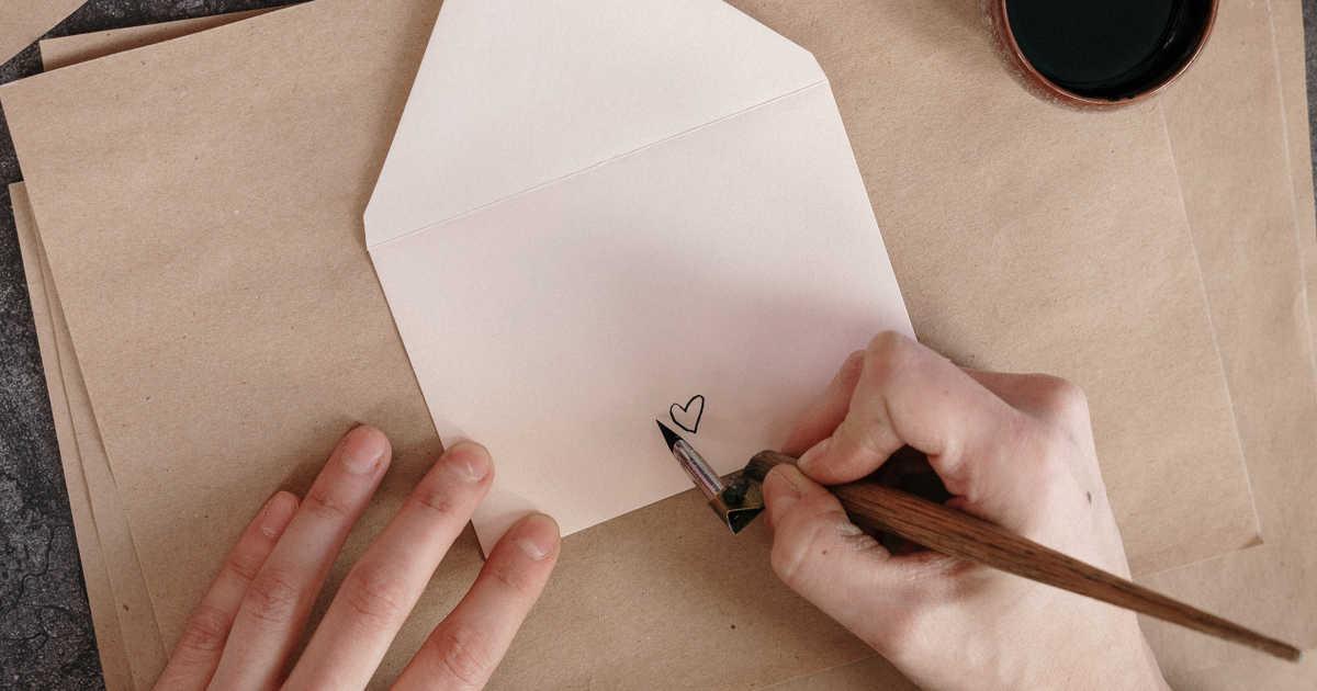 Una busta da lettere con disegnato un cuore