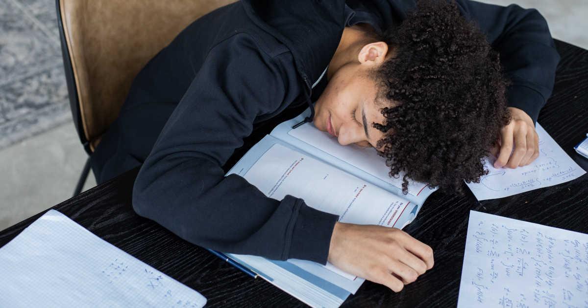 Studente addormentato sui libri