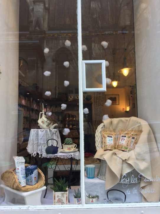 Thé, Café bio et plantes grasses dans de la jolie vaisselle chinée pour décorer la vitrine de chez Léa