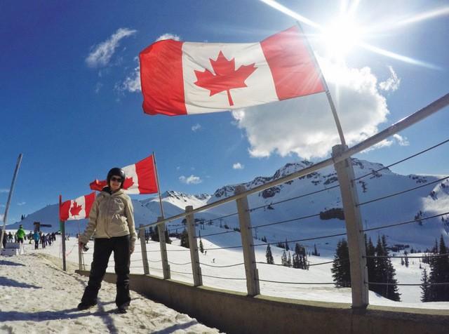 sommet de la station whistler avec les drapeau du canada