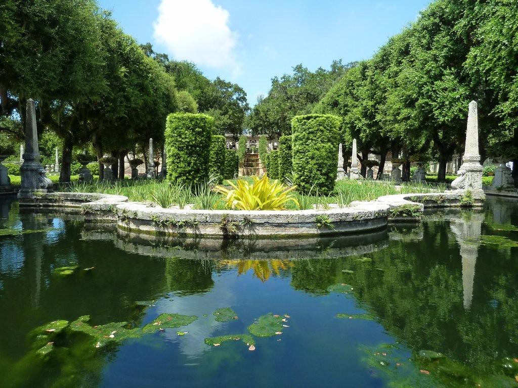 Les jardins de la villa Vizcaya avec un plan d'eau.