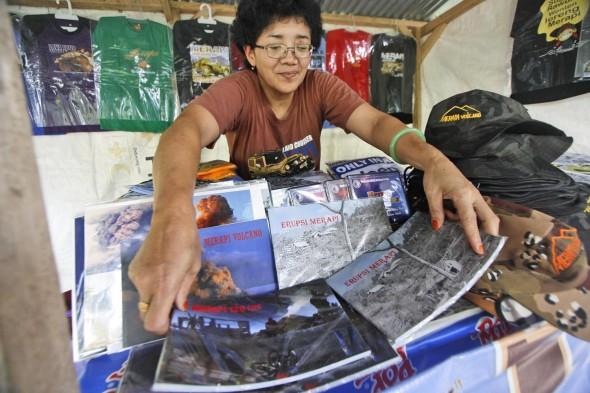 Penjual cindera mata dengan dua buku karya Boy.  Photo by Boy T Harjanto