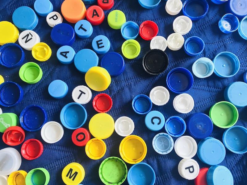 nauka hiszpańskiego plastikowe zakrętki z alfabetem
