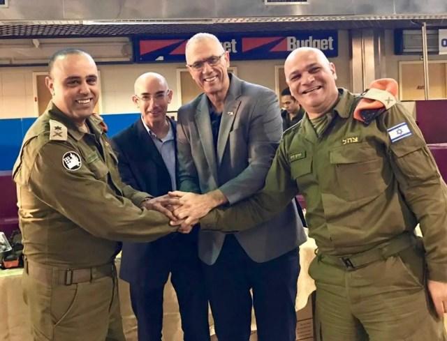 Yossi Shelley, embaixador de Israel no Brasil, e soldados das Forças de Defesa de Israel posam antes de voo para ajudar nas buscas em Brumadinho, MG — Foto: Divulgação/Ministérios das relações exteriores de Israel
